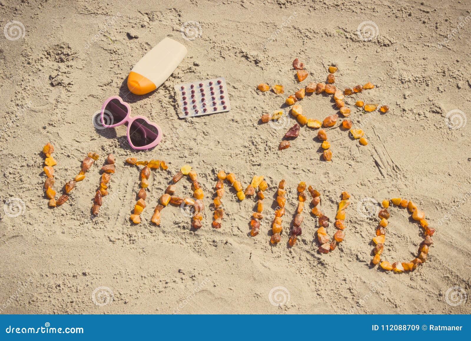 医疗药片、题字维生素D和辅助部件晒日光浴的,维生素D缺乏的预防的概念