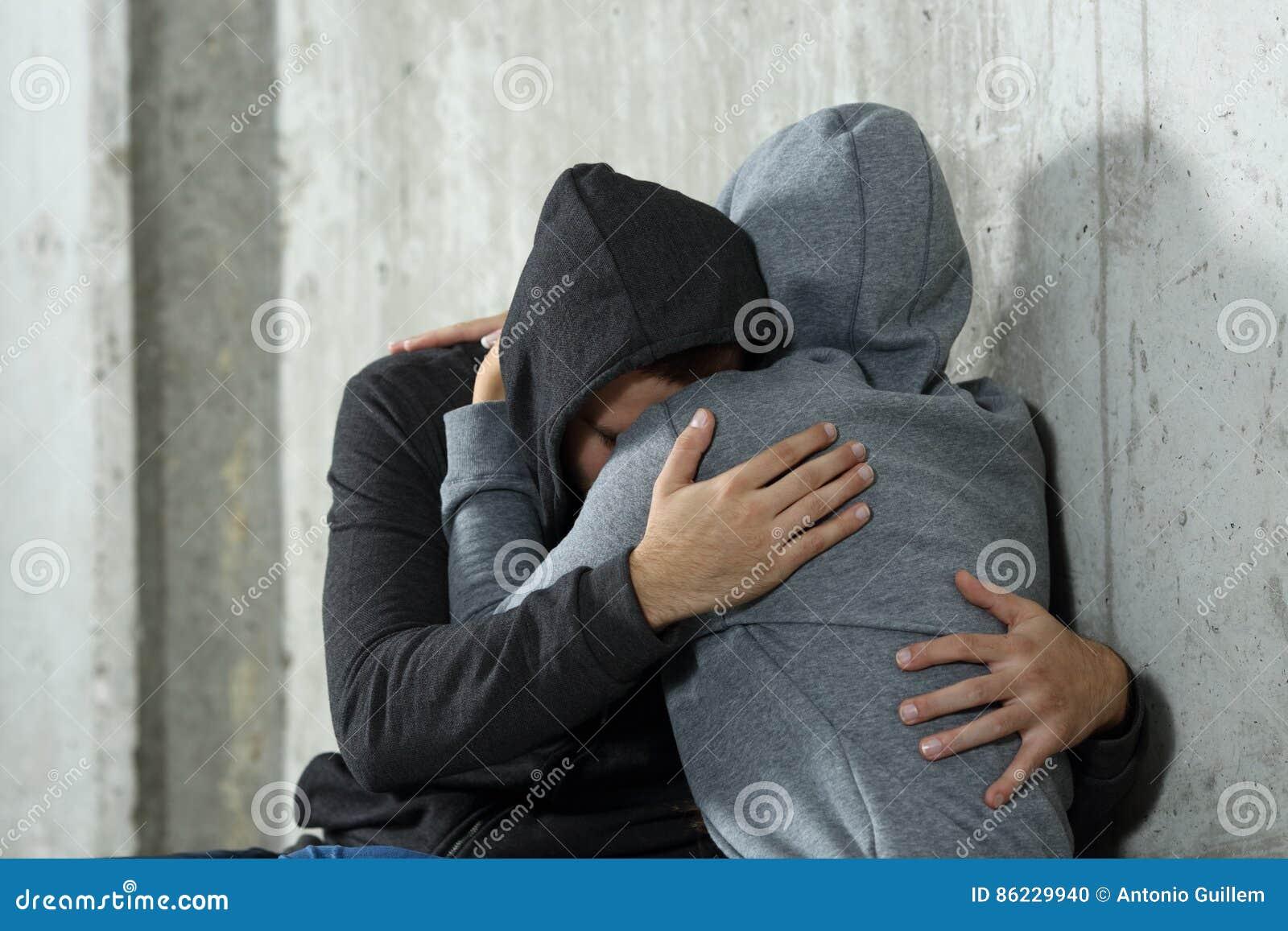 十几岁哀伤的夫妇在和解时