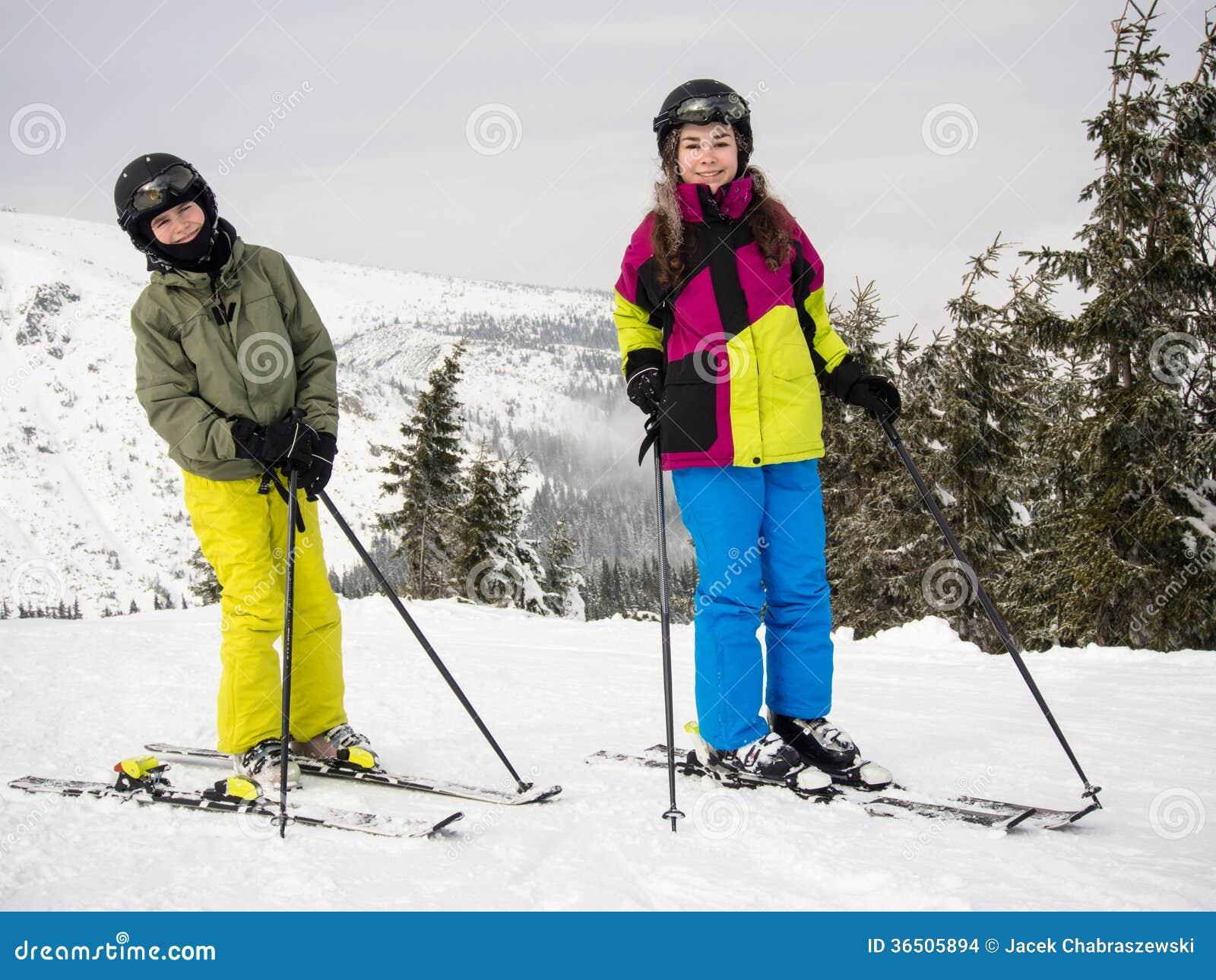 十几岁的女孩和男孩滑雪