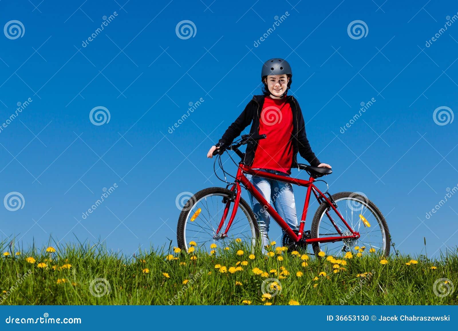 几岁_健康生活方式-十几岁的女孩骑自行车.