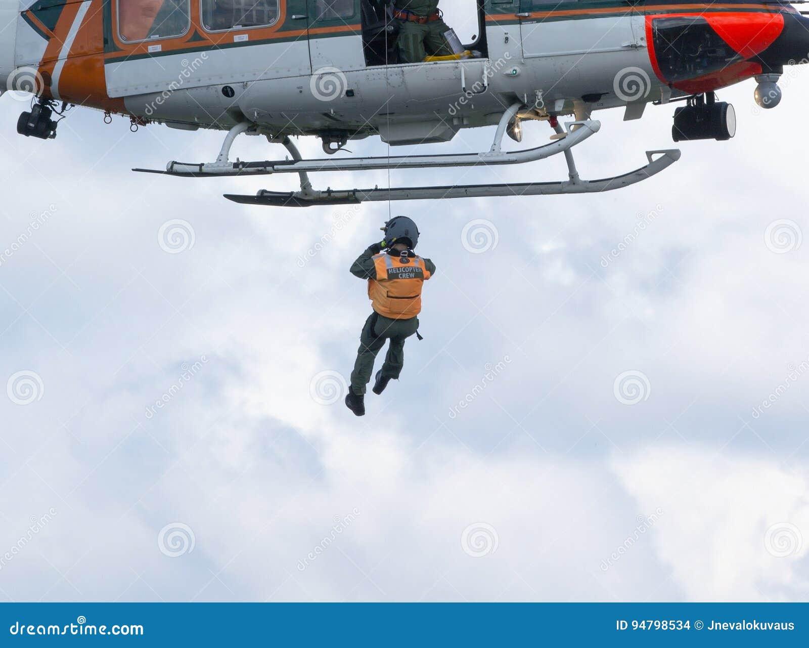 直升机乘员组做着救助任务