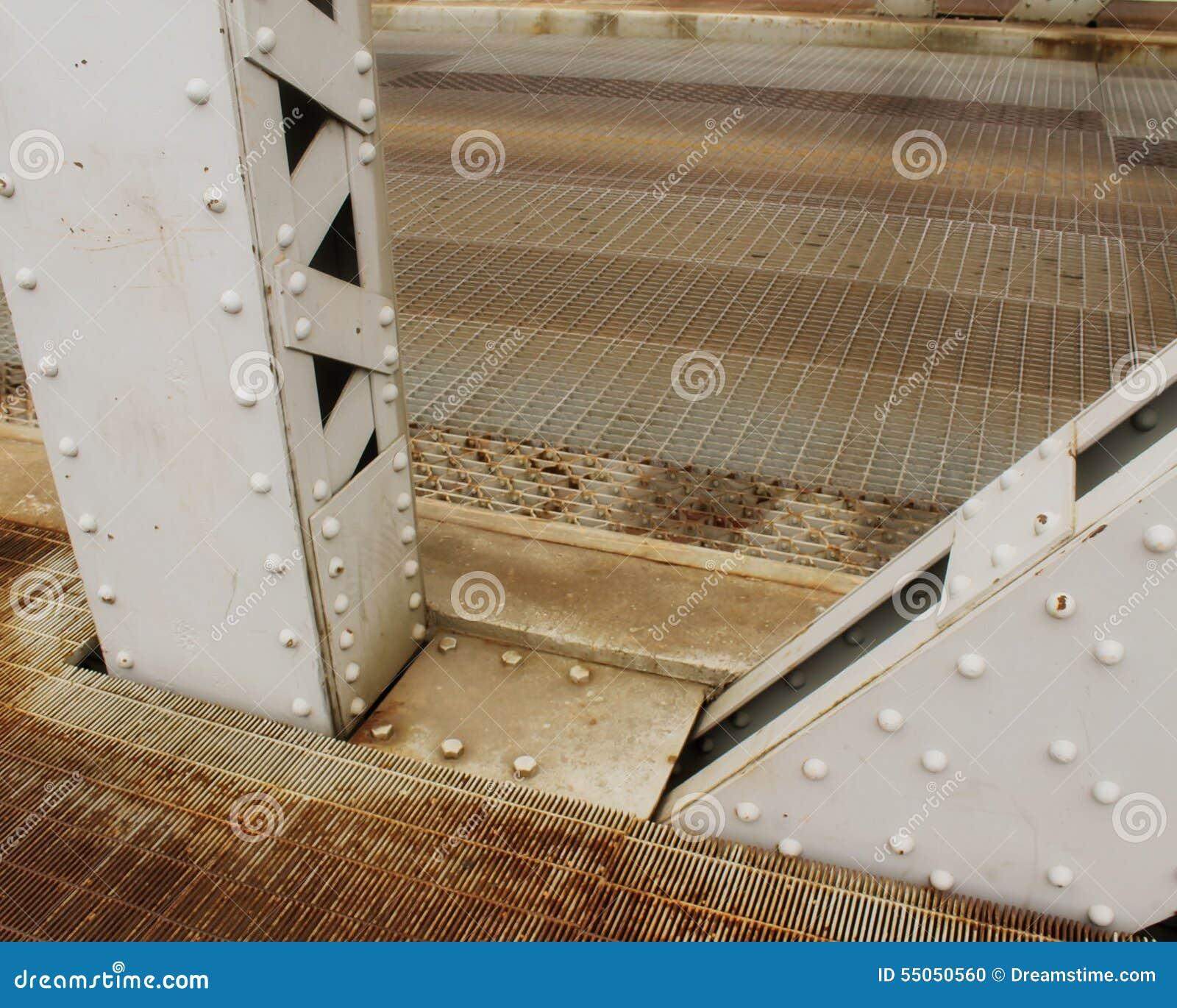 升降吊桥的2条连结的金属基础射线