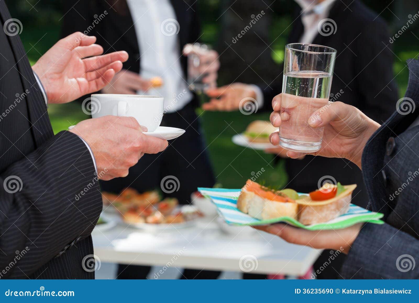 午餐自助餐的商人