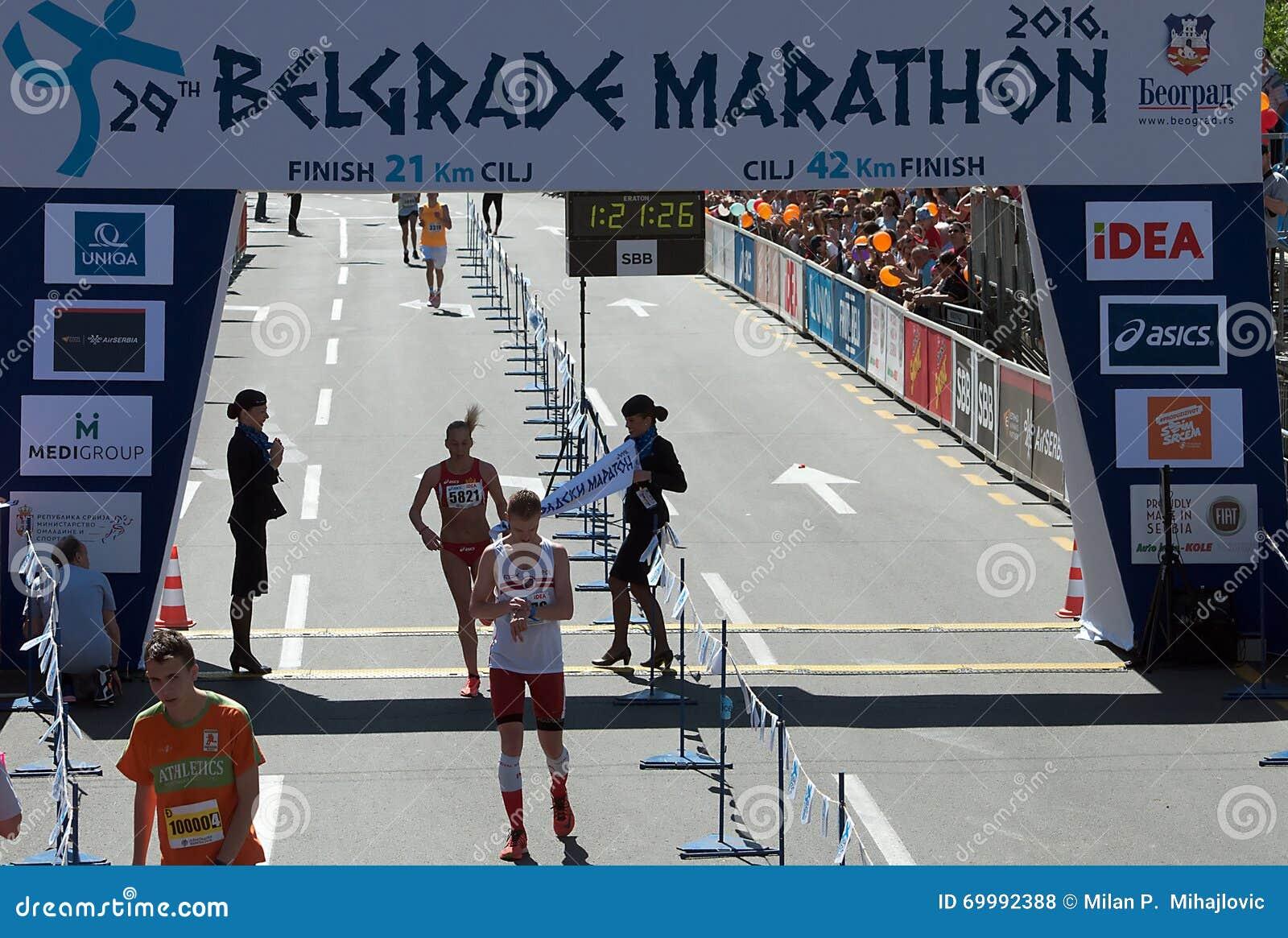 半马拉松的优胜者妇女的