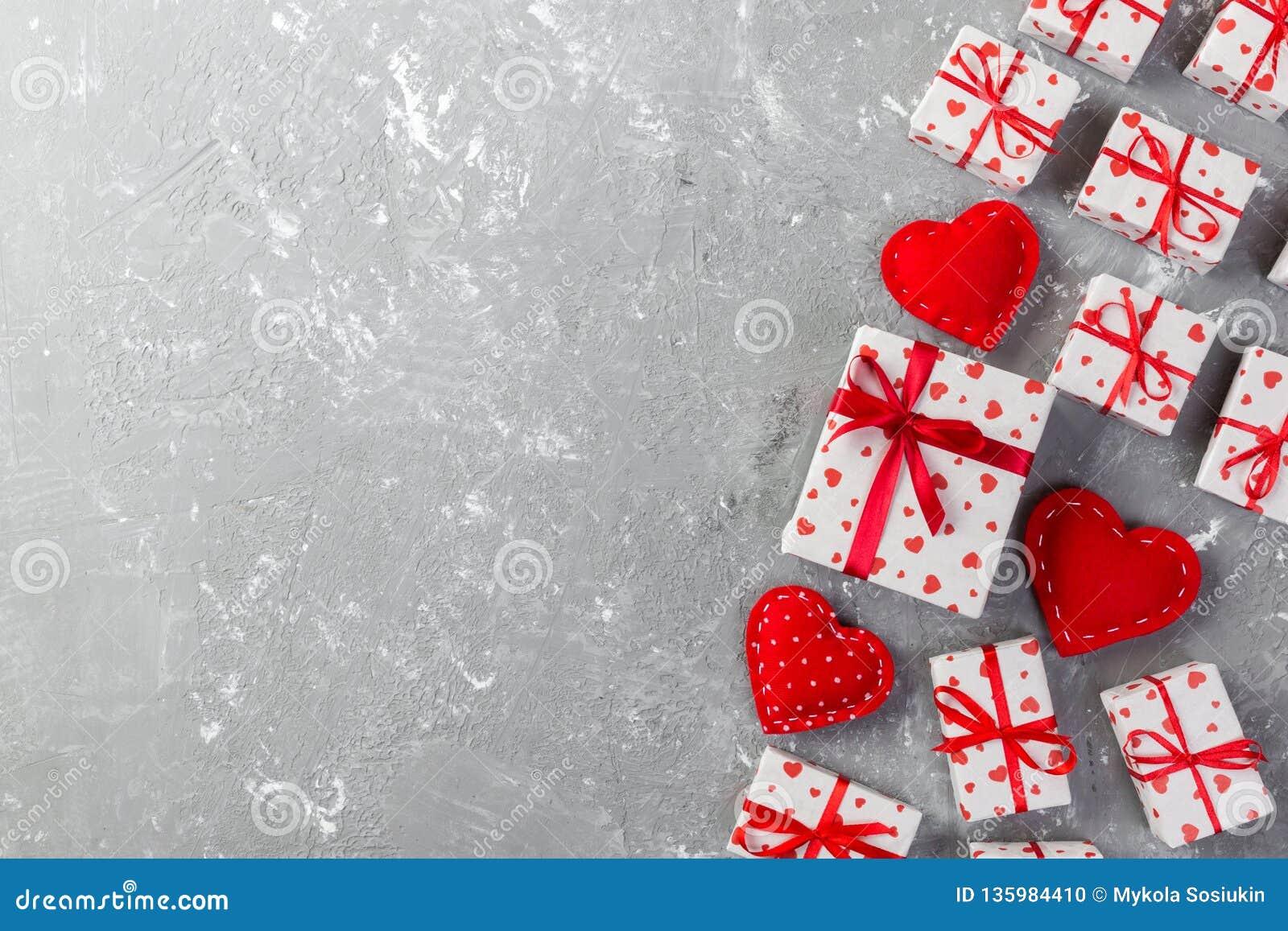 华伦泰或其他假日手工制造礼物在纸与红心和礼物盒在假日封皮 当前箱在灰色的礼物