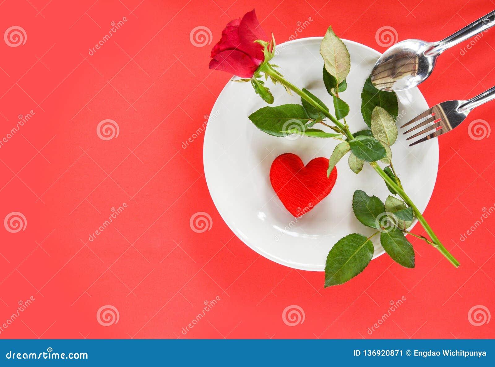 华伦泰晚餐浪漫爱食物和喜爱烹调概念-装饰的浪漫桌设置