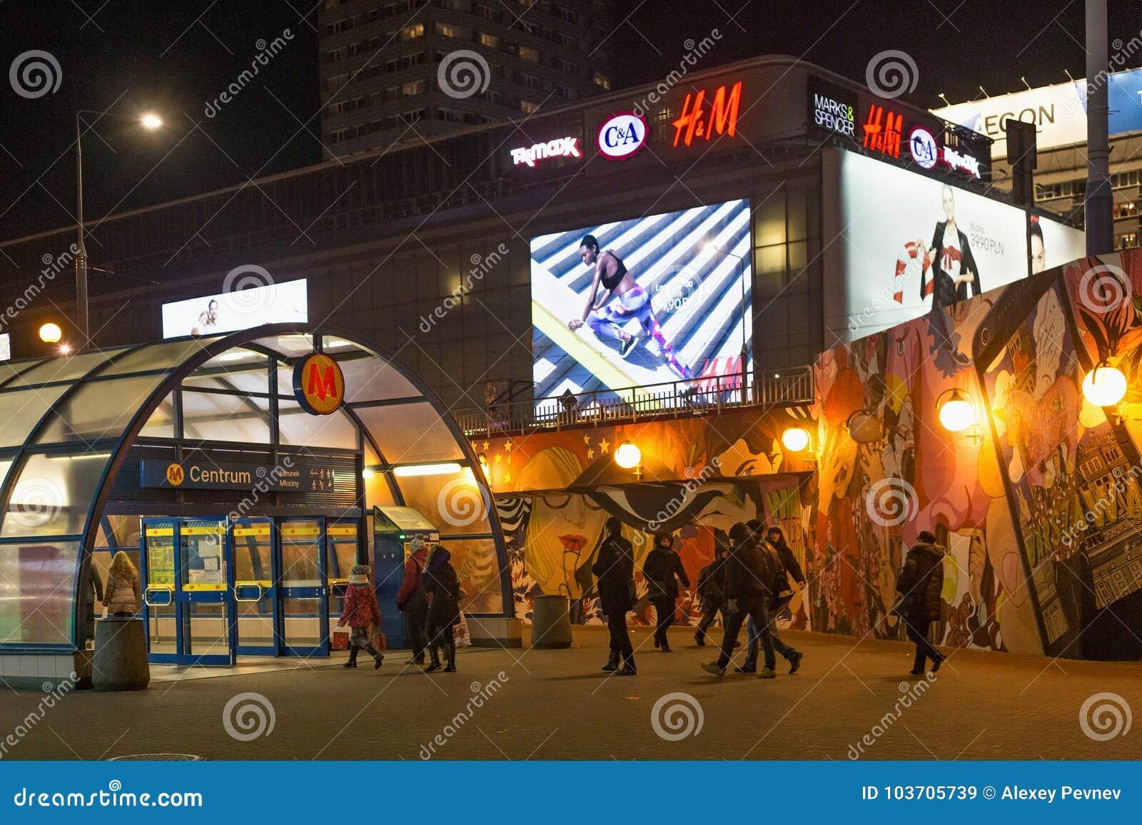 华沙,波兰- 2016年1月02日:对地铁车站中心的入口在冬天晚上