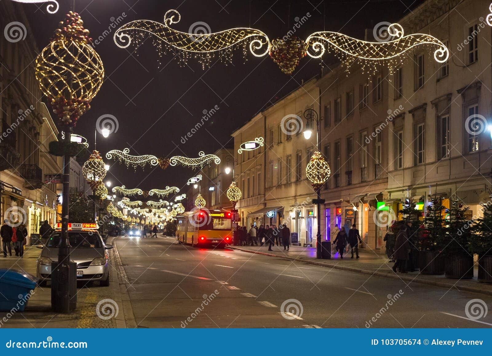 华沙,波兰- 2016年1月02日:Nowy Swiat街道的夜视图在圣诞节装饰的