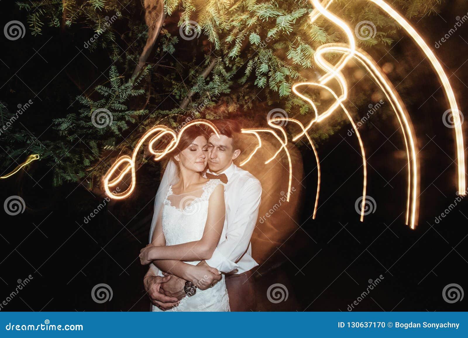华美的典雅的愉快的新娘和时髦的新郎背景的