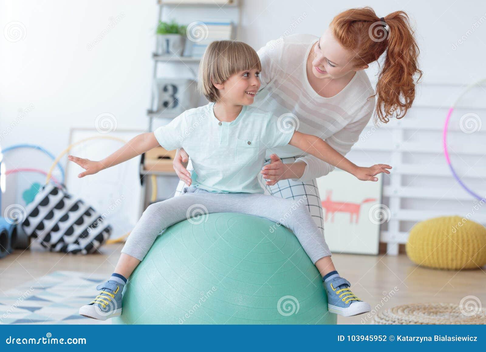 协助小男孩的理疗师