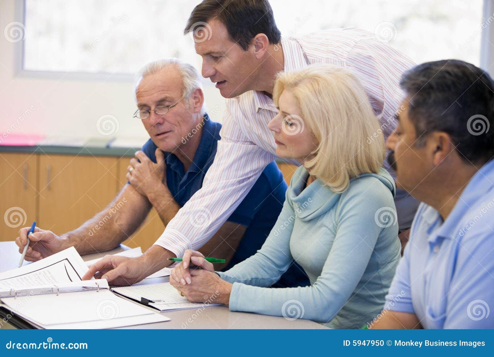 协助解决选件类成熟实习教师