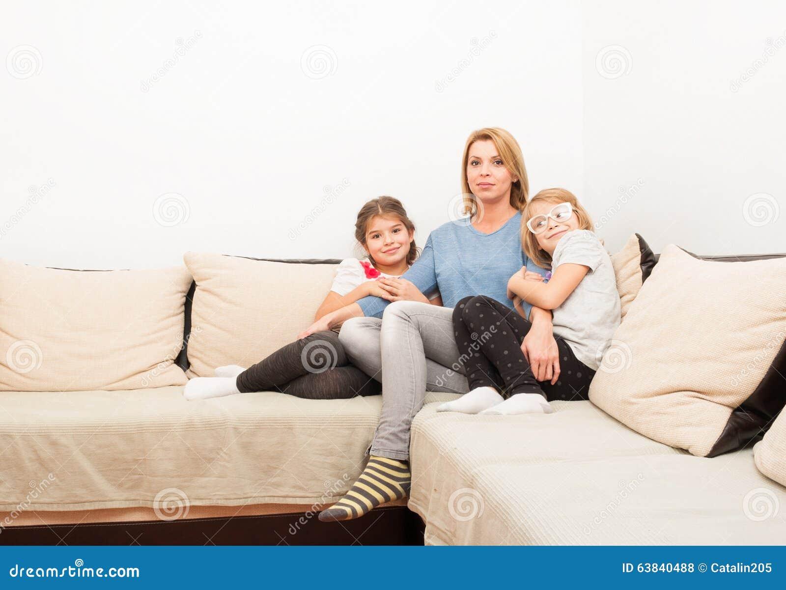 单亲母亲和两个女儿