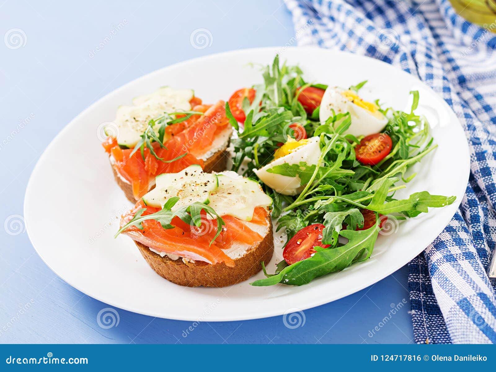 单片三明治用三文鱼,乳脂干酪和黑麦面包
