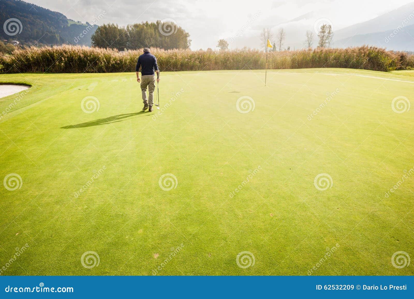 单独在高尔夫球场