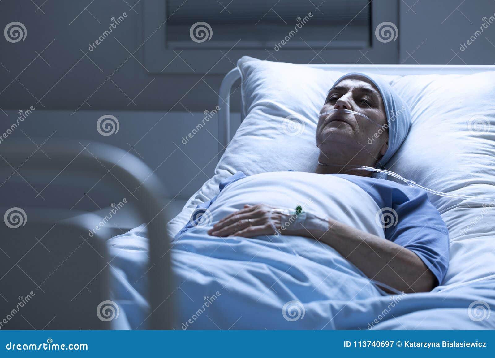 单独妇女在医院病床上