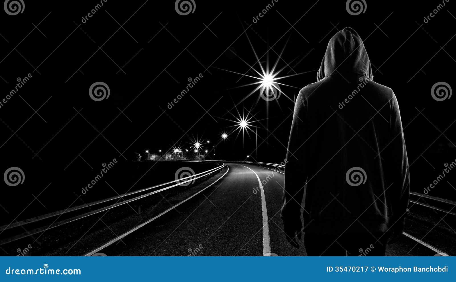 单独站立在街道的少年男孩在晚上