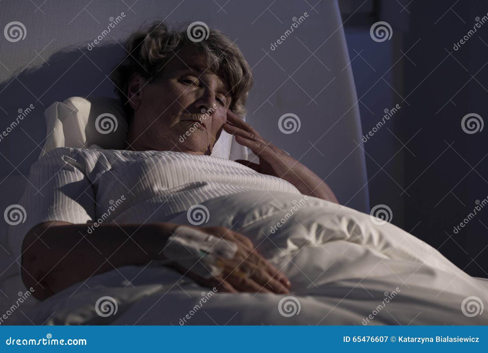 单独年长夫人在医院