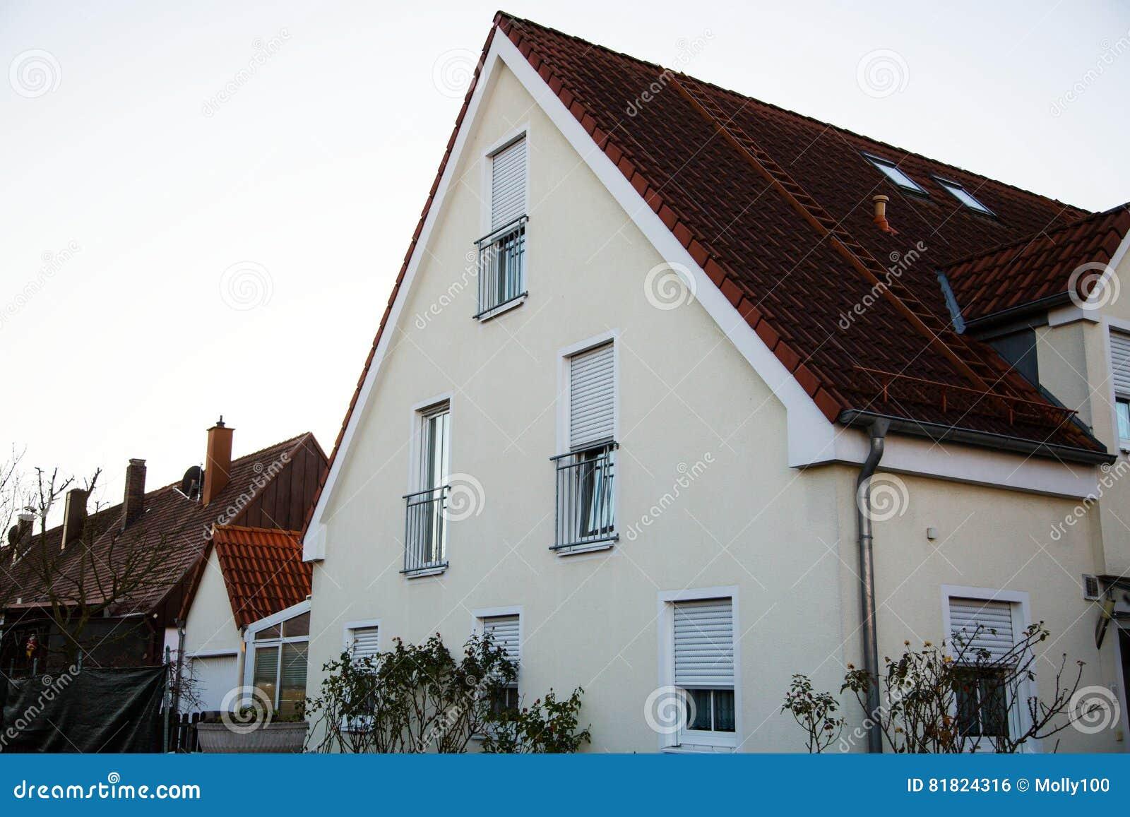 单身家庭的房子在慕尼黑,蓝天,白色门面