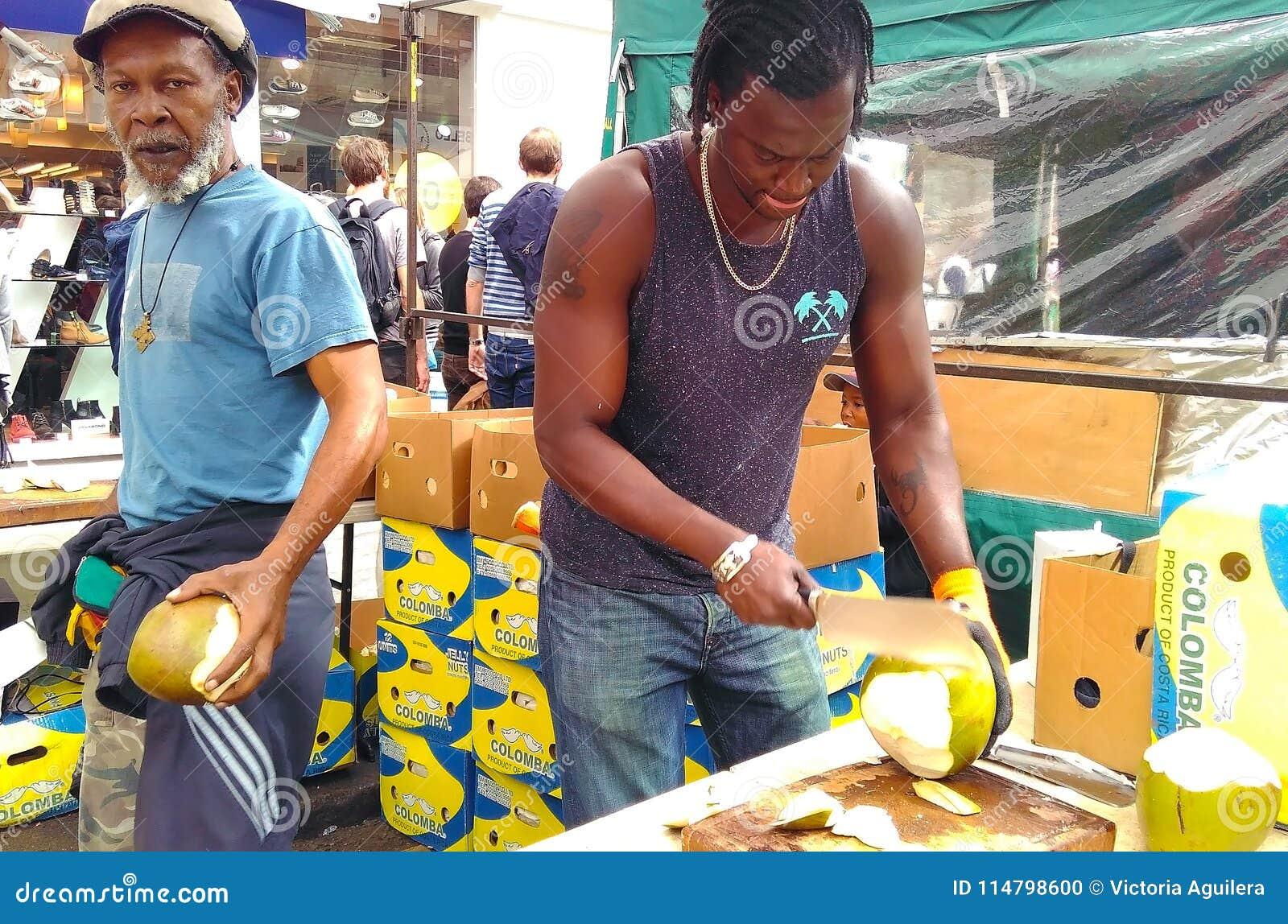 卖主分裂的椰子在跳蚤市场上