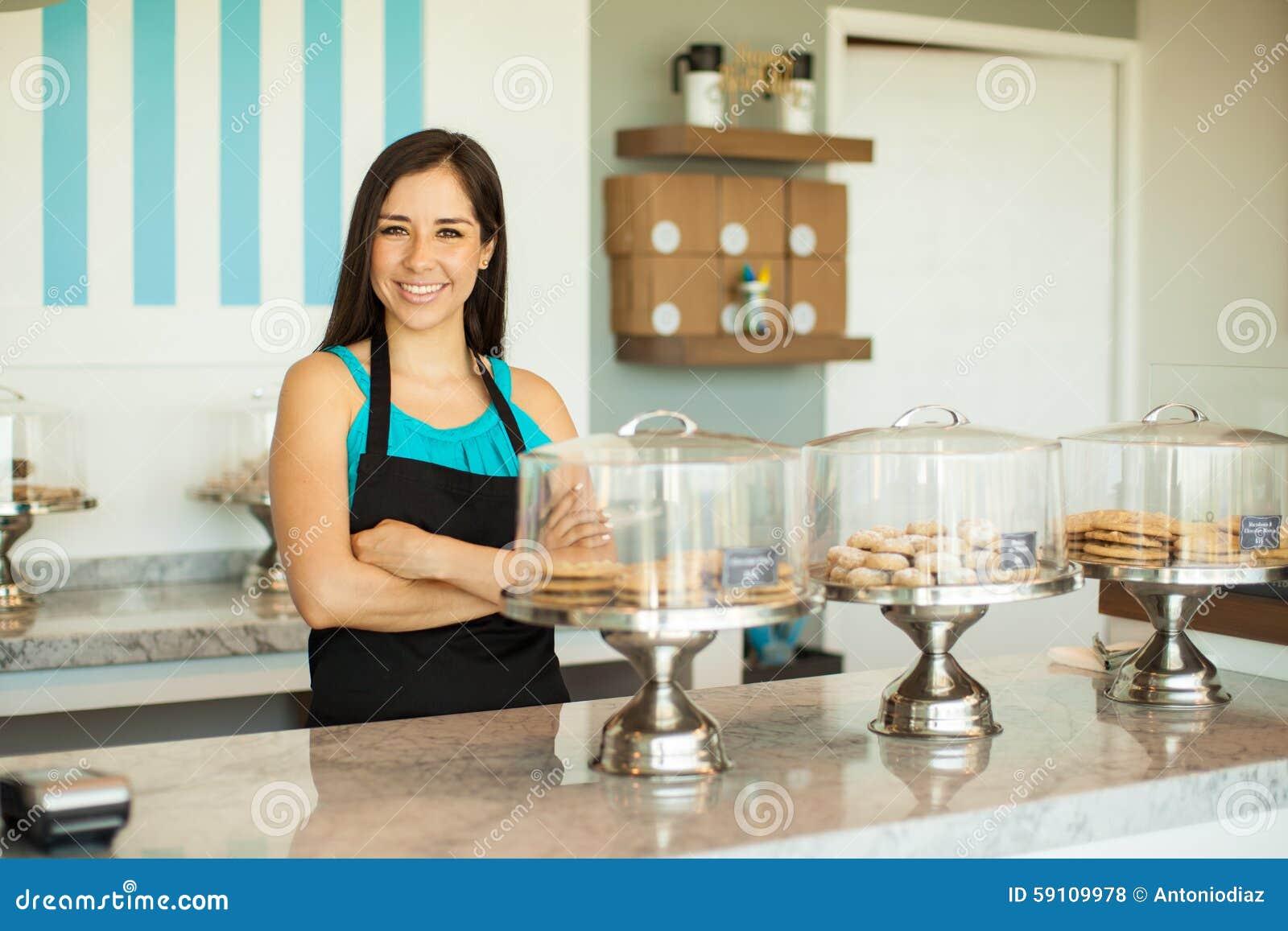 卖曲奇饼的俏丽的妇女