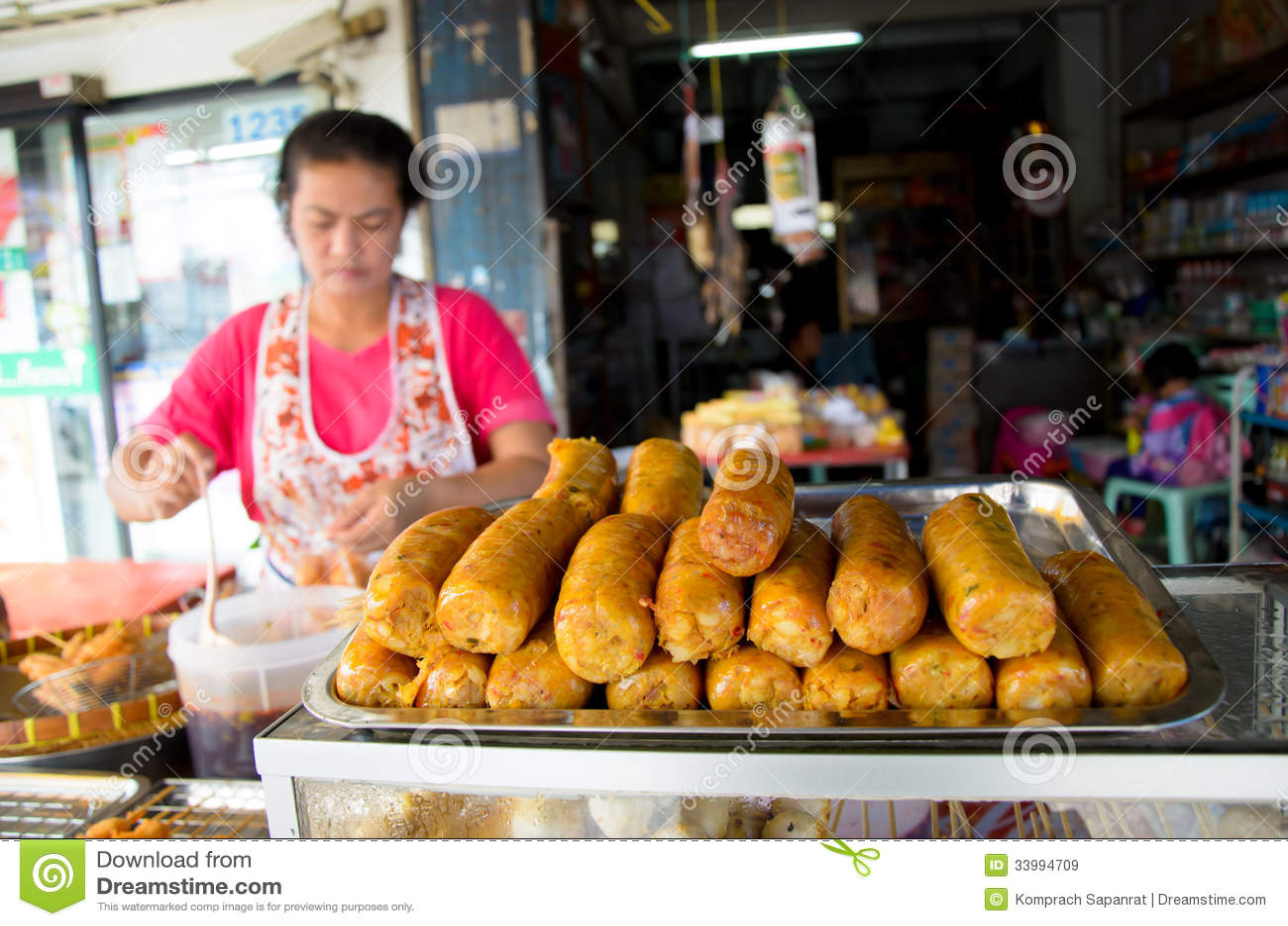 卖香肠的市场妇女。