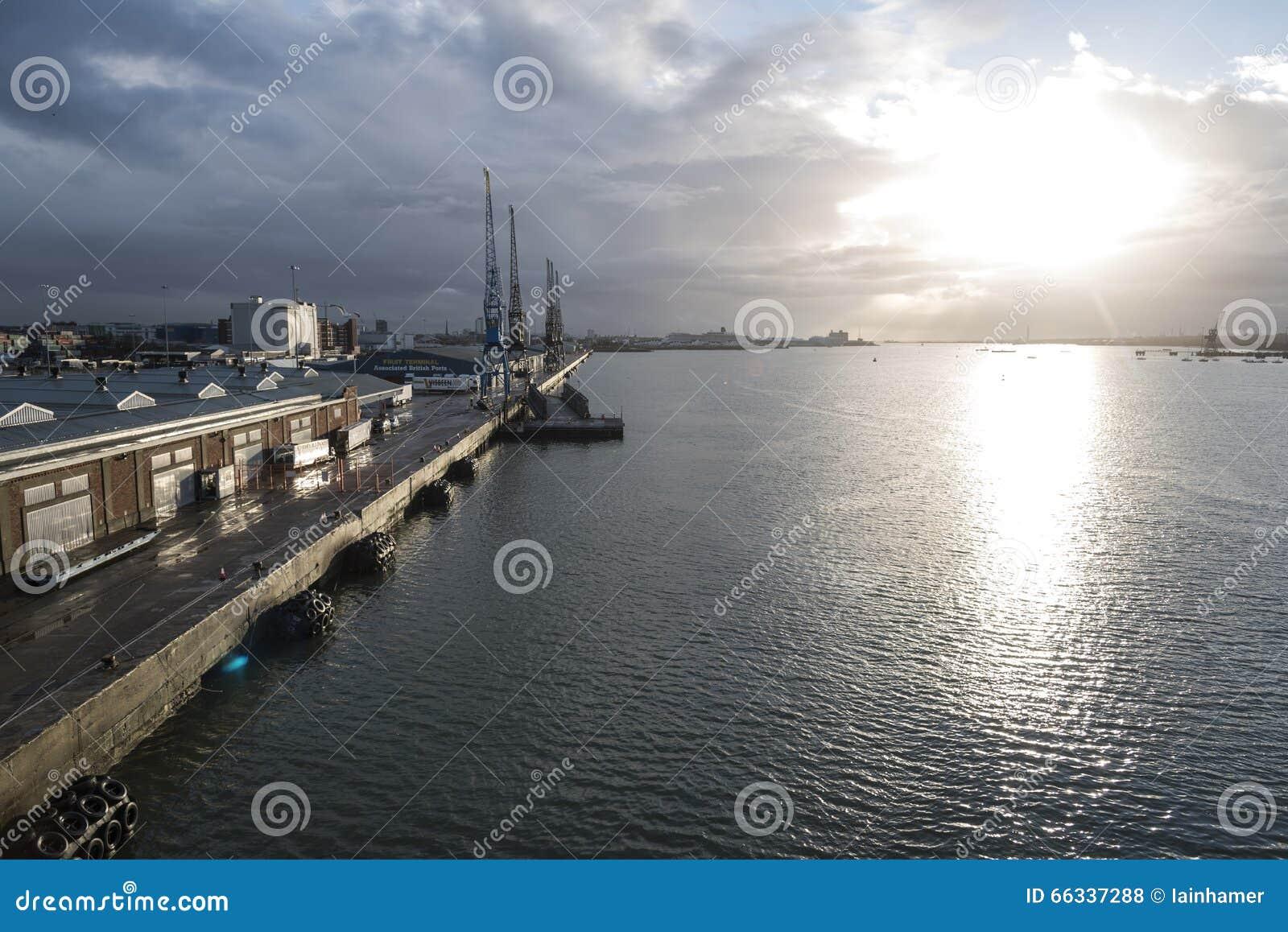 南安普敦靠码头英国