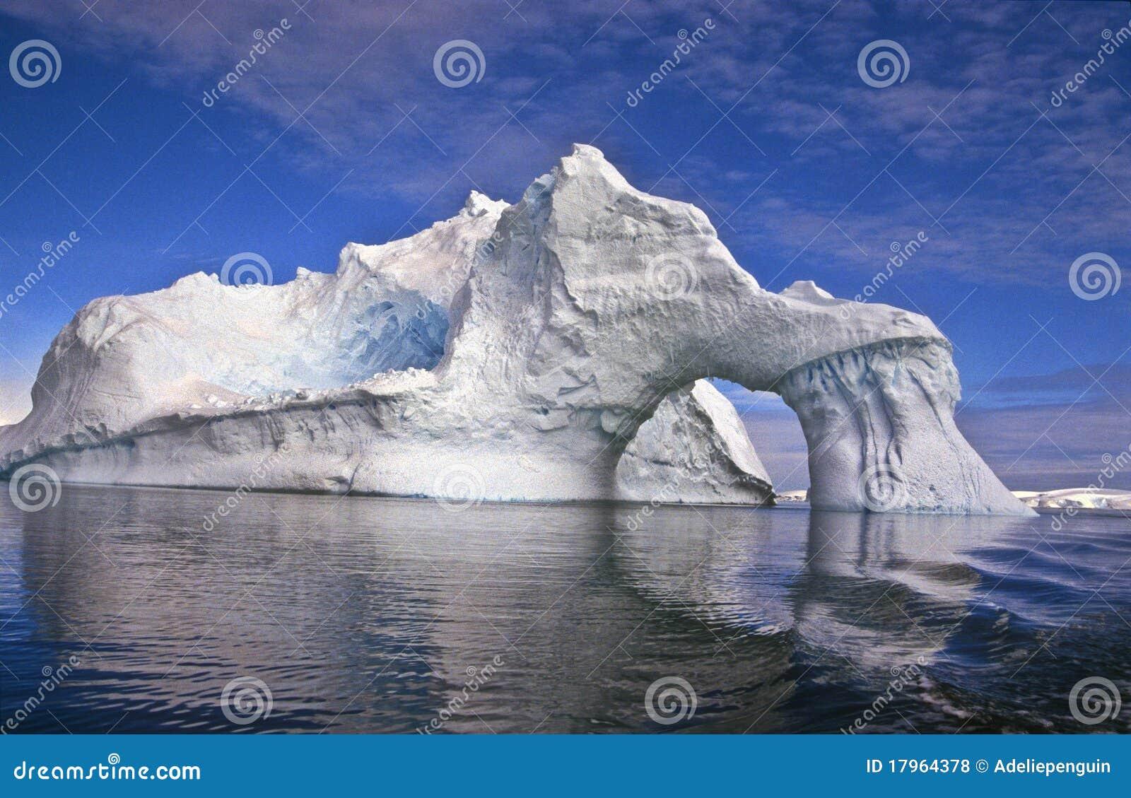 南极洲曲拱冰山
