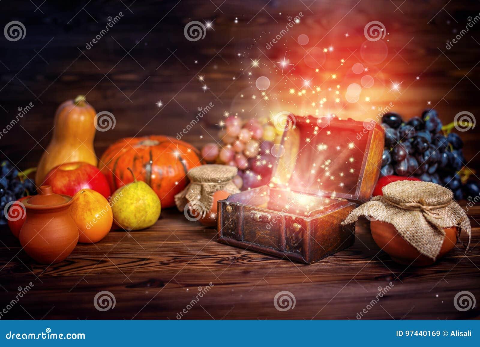 南瓜、苹果、大蒜、秸杆和opene的感恩概念