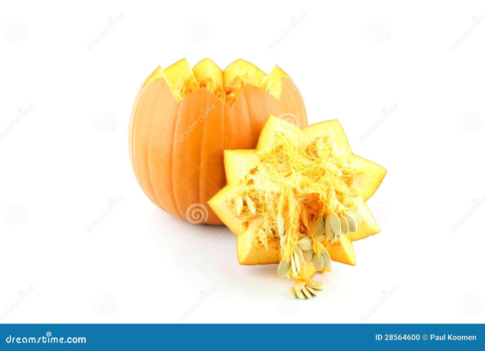 桔子雕刻了在一个空白背景的开放南瓜.图片