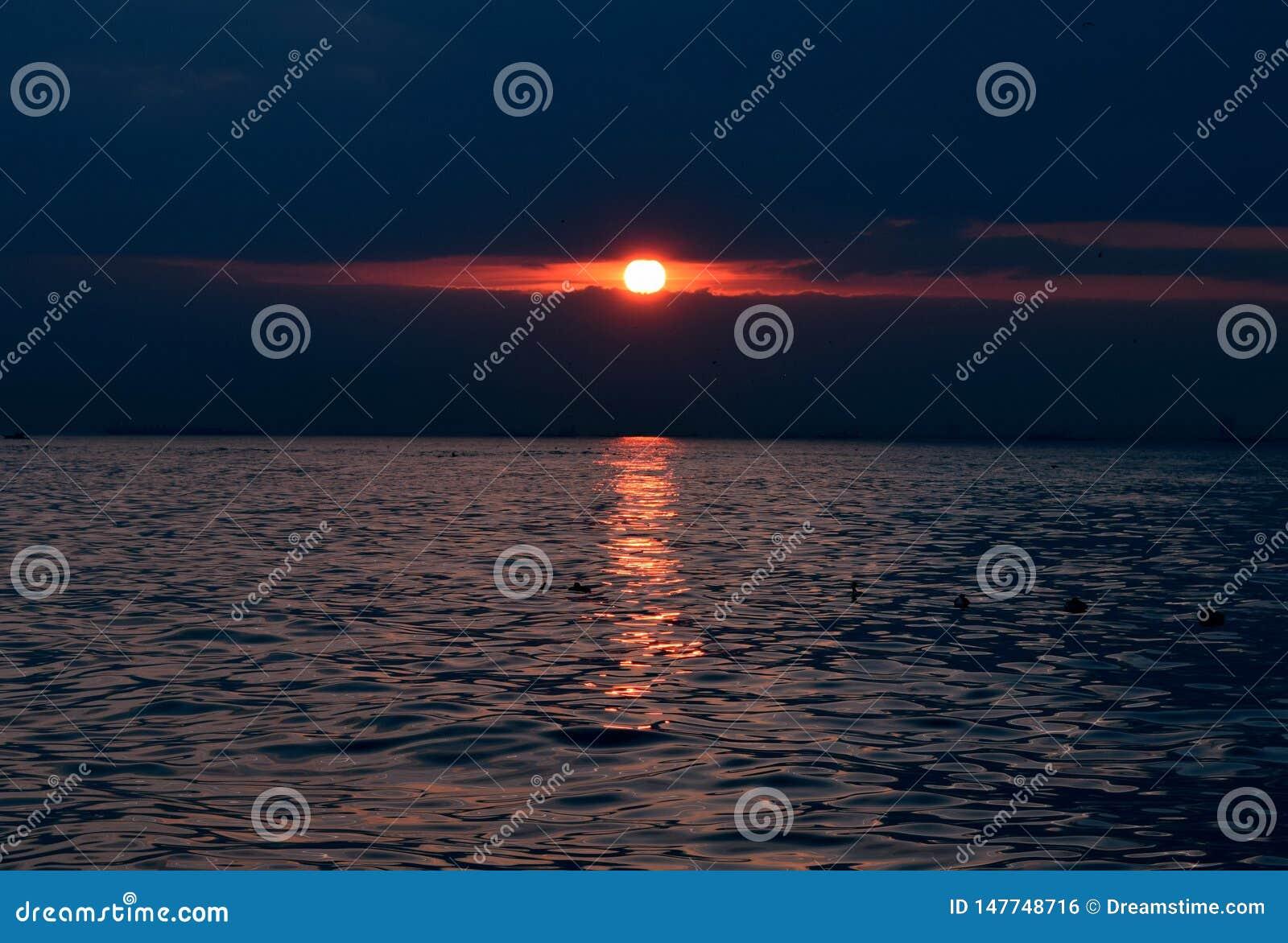 博斯普鲁斯海峡海峡的大海的太阳设置