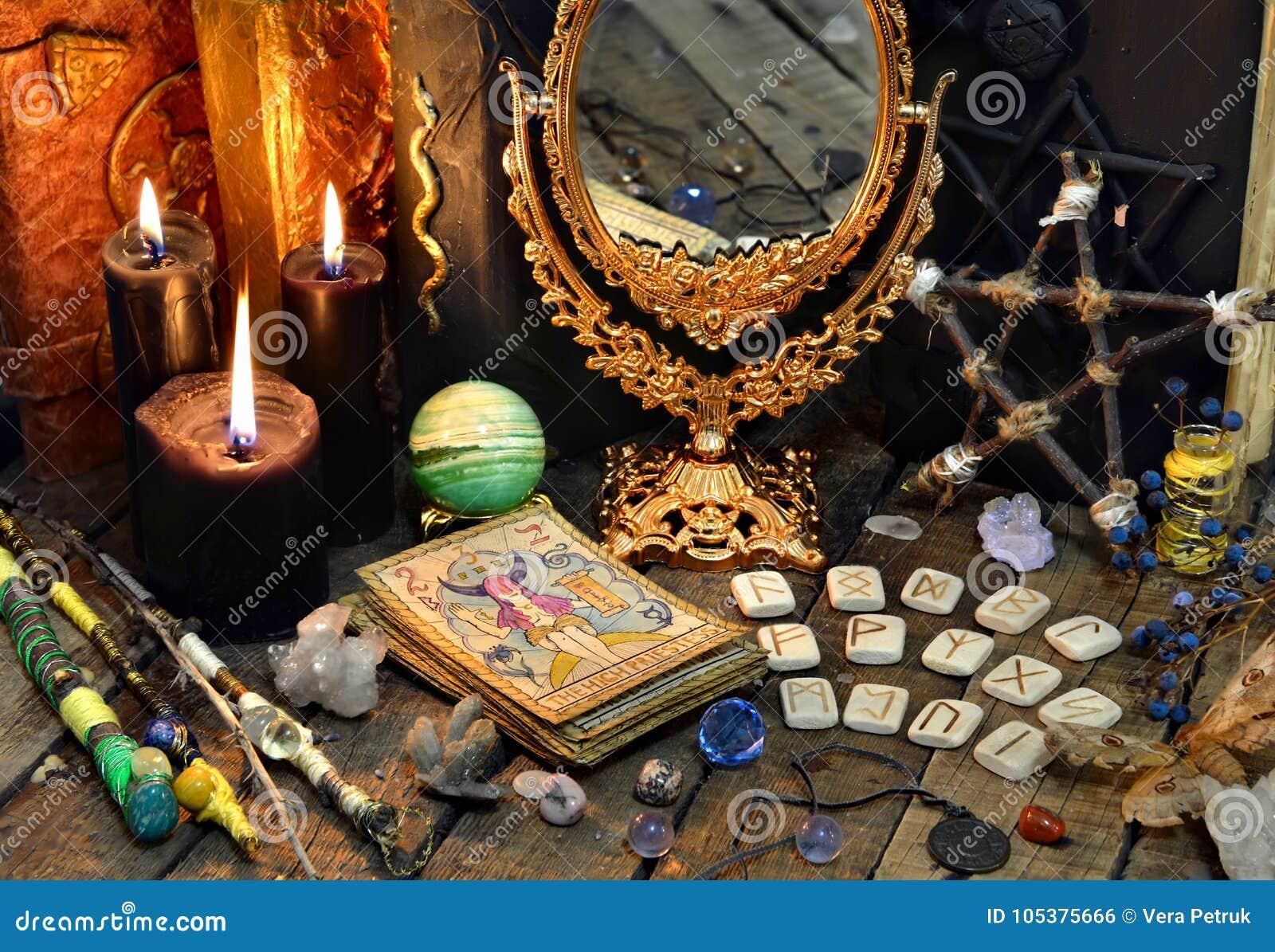 占卜用的纸牌、不可思议的鞭子、诗歌、黑蜡烛与镜子和旧书