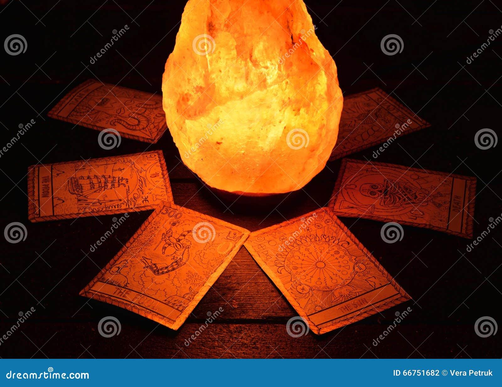 占卜用的纸牌和不可思议的石头