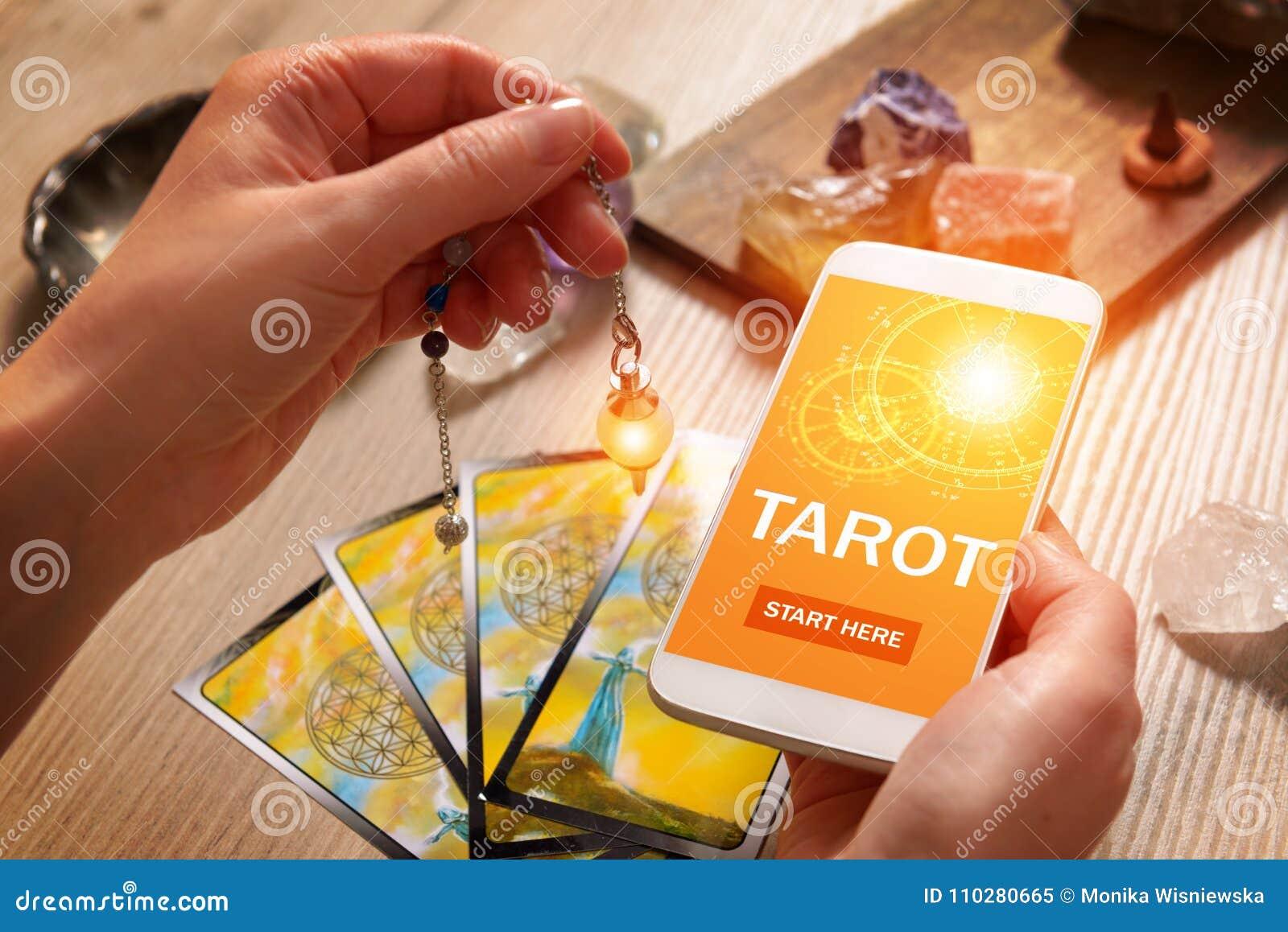 占卜用的纸牌和手机