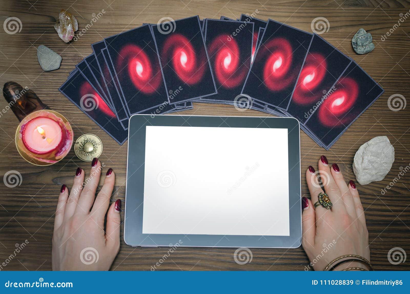 占卜用的纸牌和片剂计算机垫有黑屏的有拷贝空间的 算命者 网上占卜