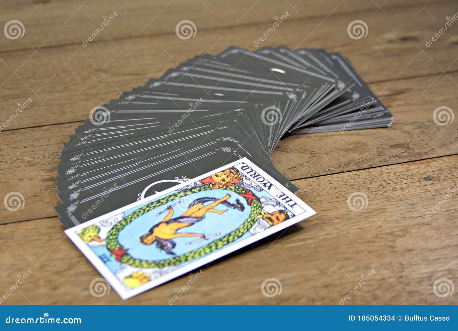 占卜用的纸牌在木桌上的算命者;世界