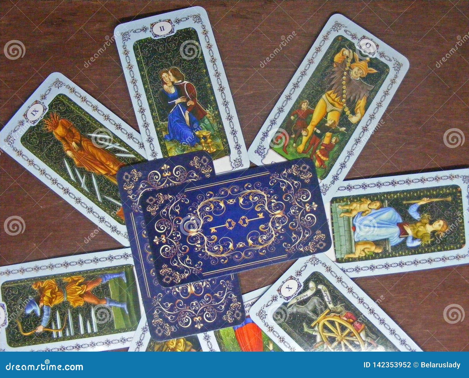 占卜用的纸牌读书概念 在木桌上的中世纪tarot