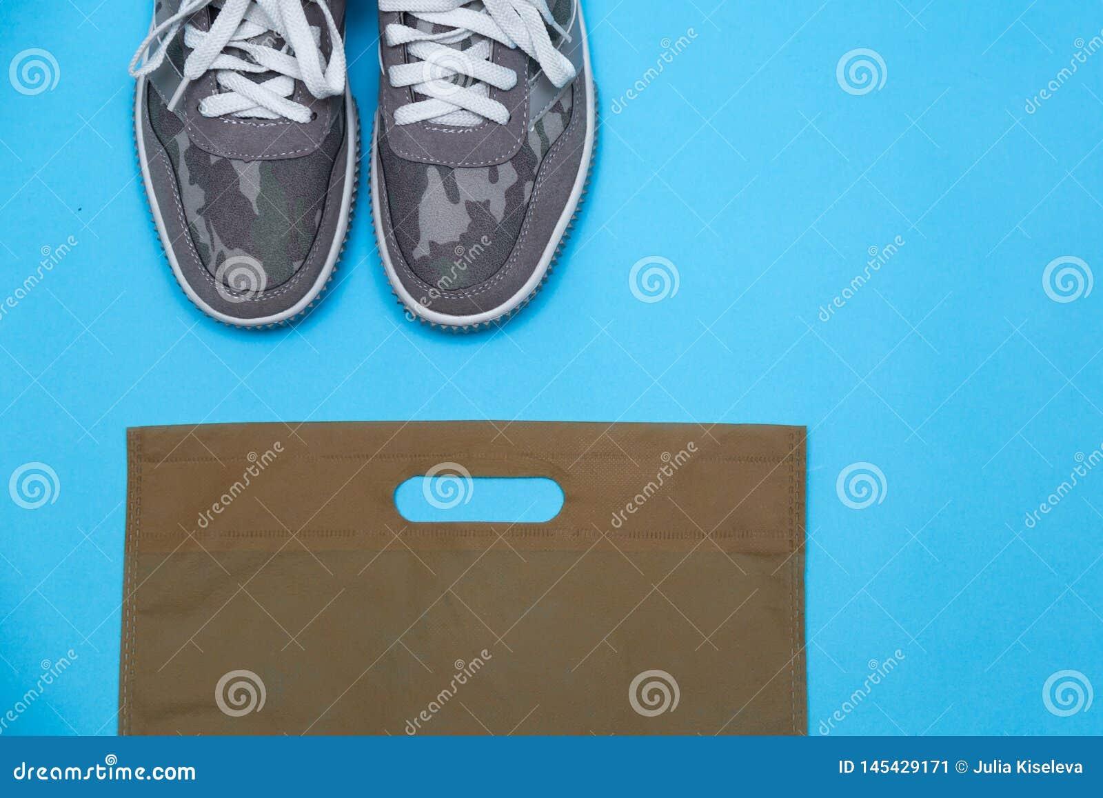 卡其色的颜色运动鞋
