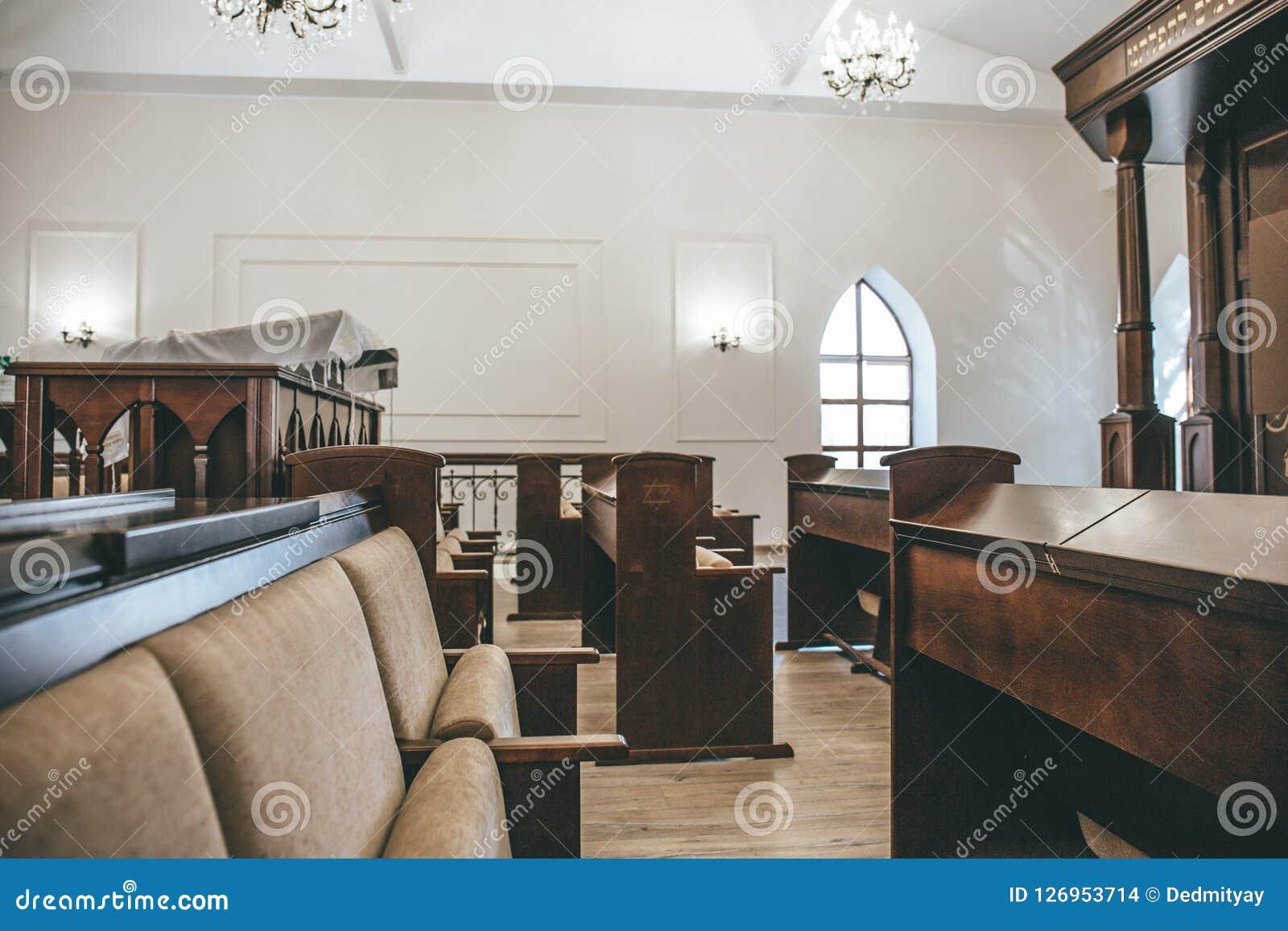 卡卢加州,俄罗斯-大约2018年8月:在内部里面的犹太教堂与长凳行祷告的