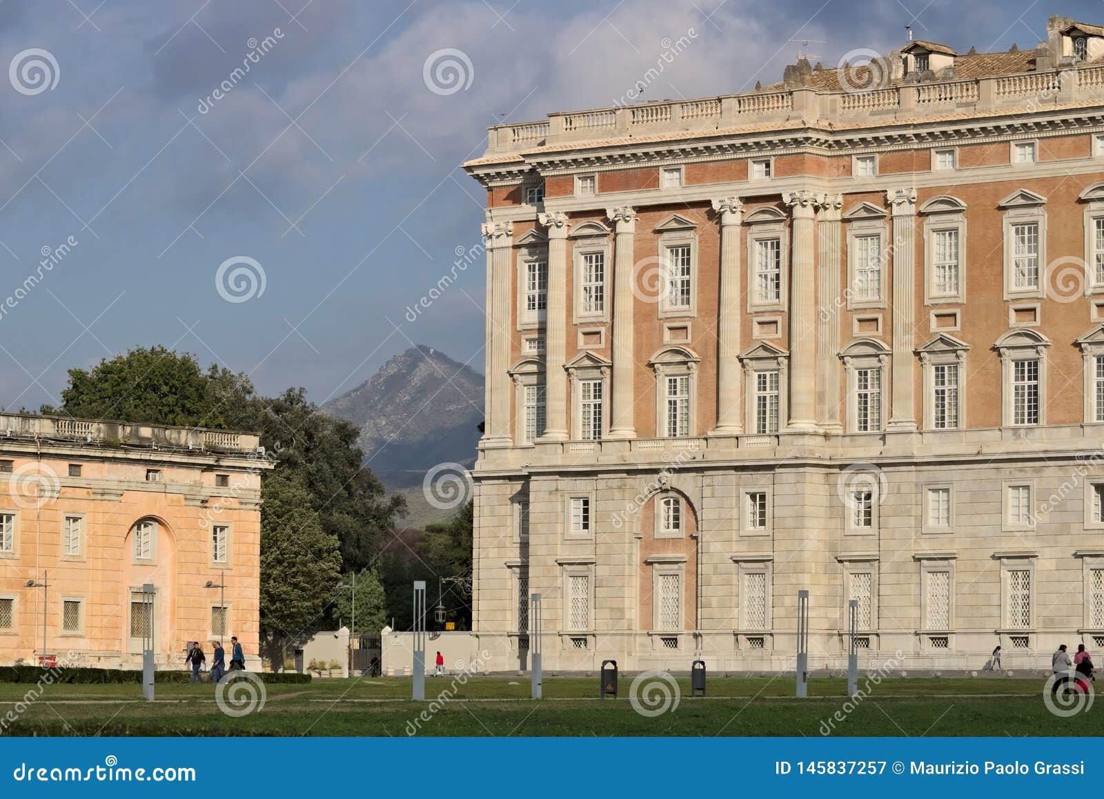 卡塞尔塔,意大利 27/10/2018 卡塞尔塔意大利奥斯陆王宫的主要外在门面  设计由建筑师路易