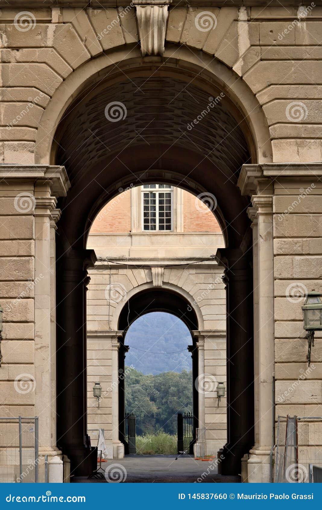 卡塞尔塔,意大利 27/10/2018 对卡塞尔塔意大利奥斯陆王宫的庭院的通入门