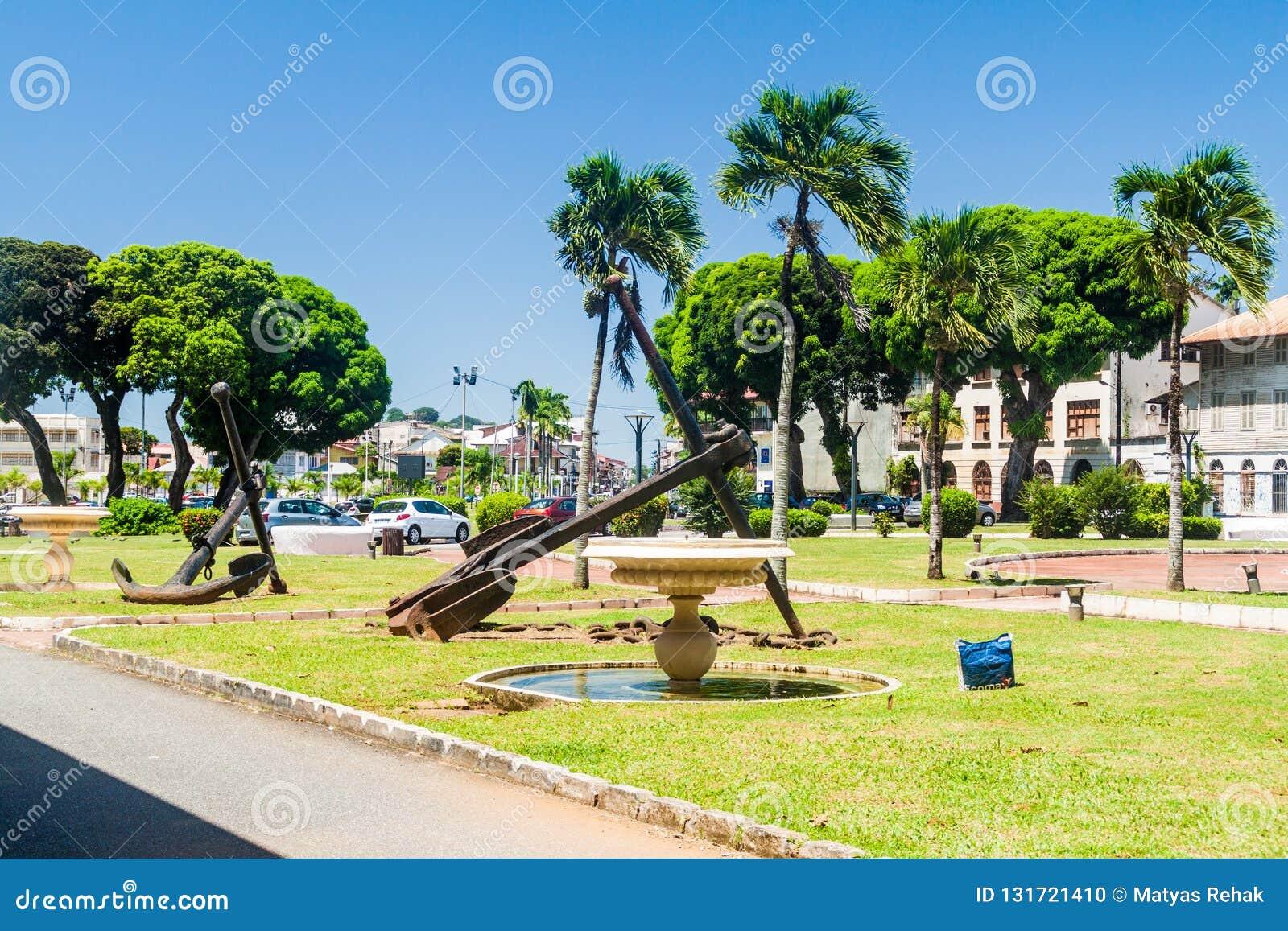 卡宴,法属圭亚那- 2015年8月3日:在地方雷欧波得儿童宗教学校正方形的老船锚在卡宴,法国Guian的首都