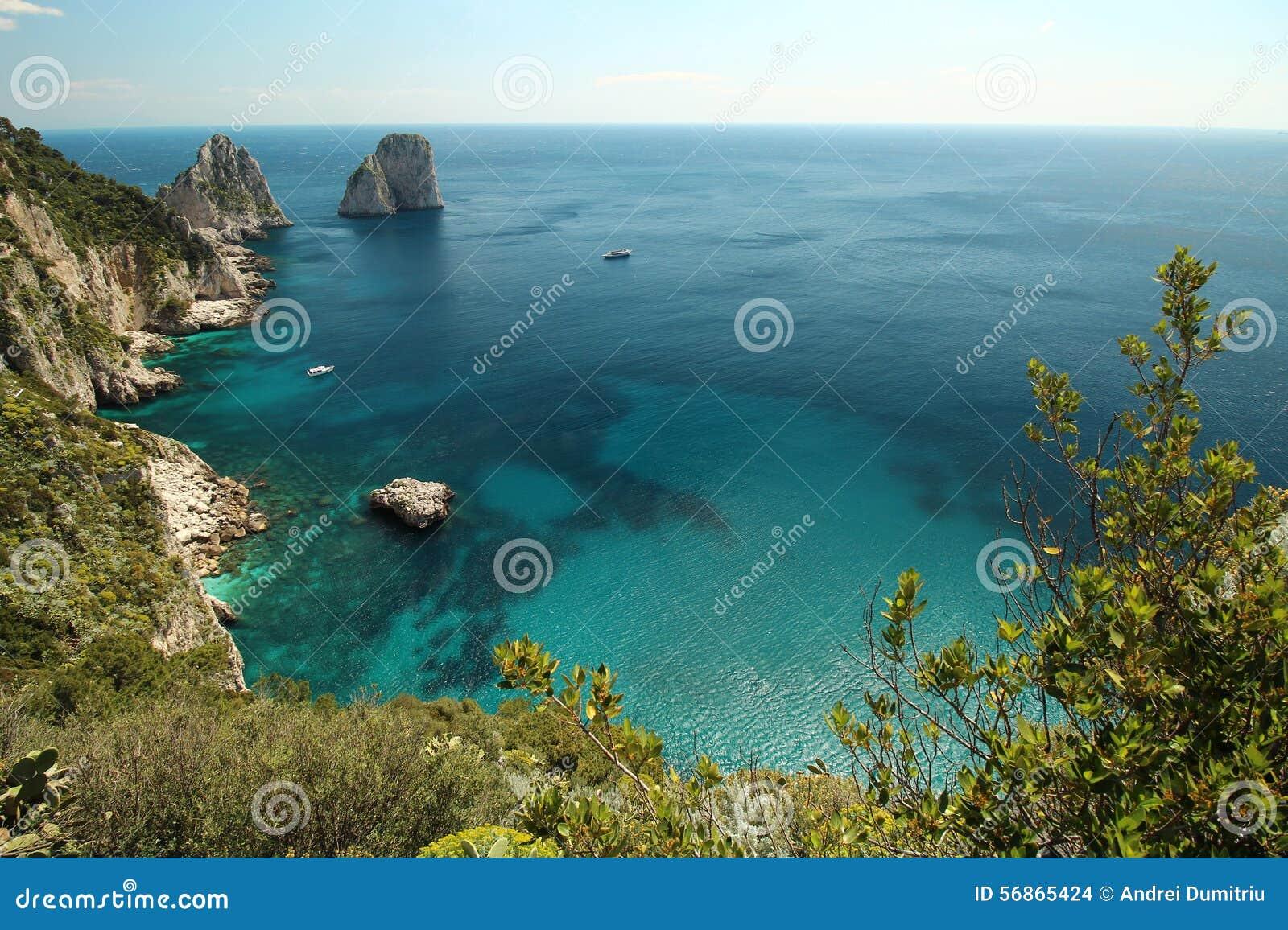 里岛地?_从小山的海视图在卡普里岛 经典地中海arhitecture和植被.