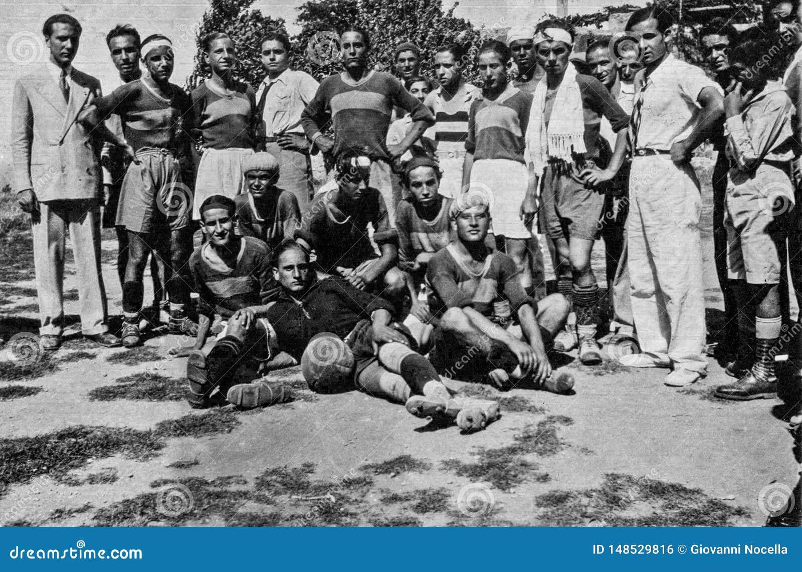 卡普里,意大利,1934年- Fuorigrottese球员在足球以后抢救会议摆在卡普里