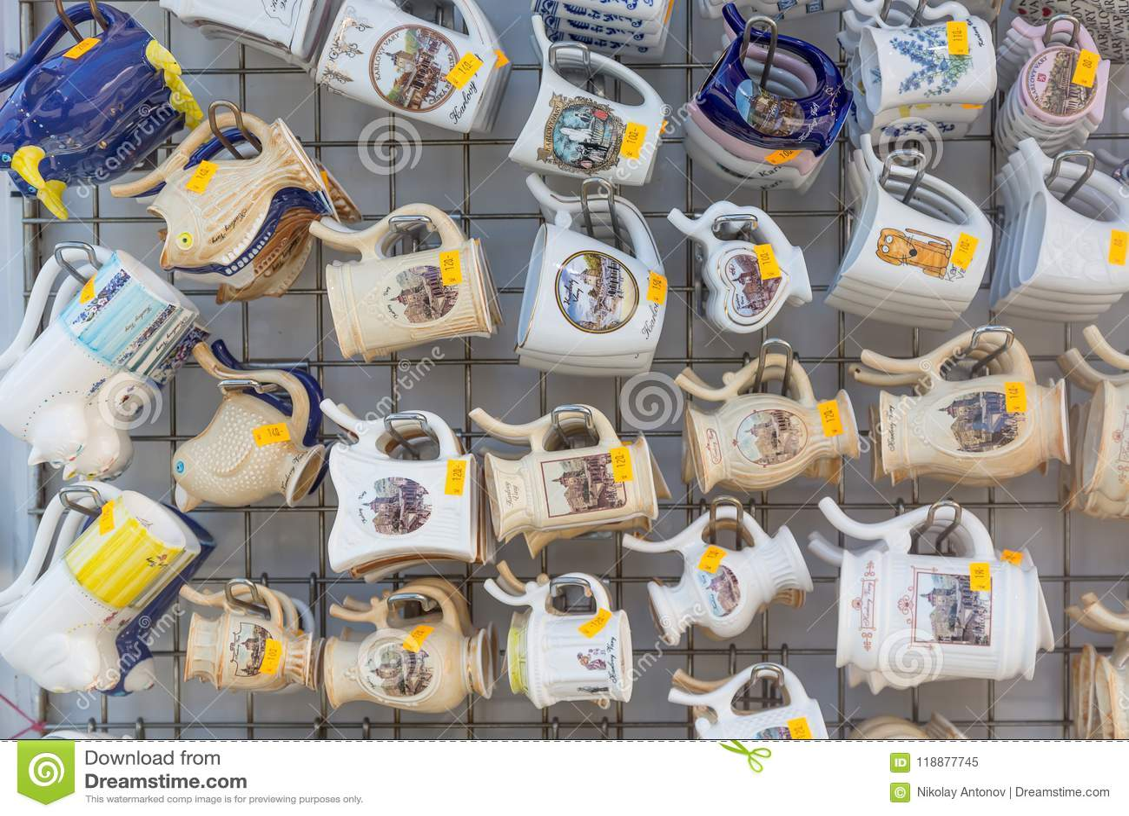 卡罗维发利,捷克- 2018年4月:许多杯子纪念品在旅游商店 温泉渡假胜地在捷克 卡罗维发利是kn