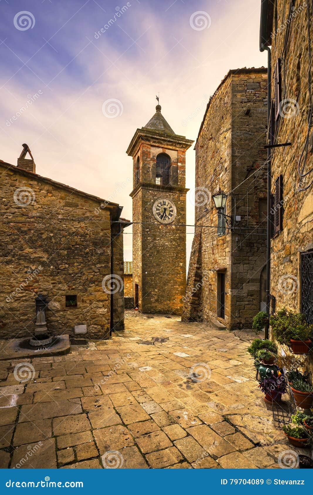 卡萨莱马里蒂莫老石村庄在Maremma 美丽如画的flowe