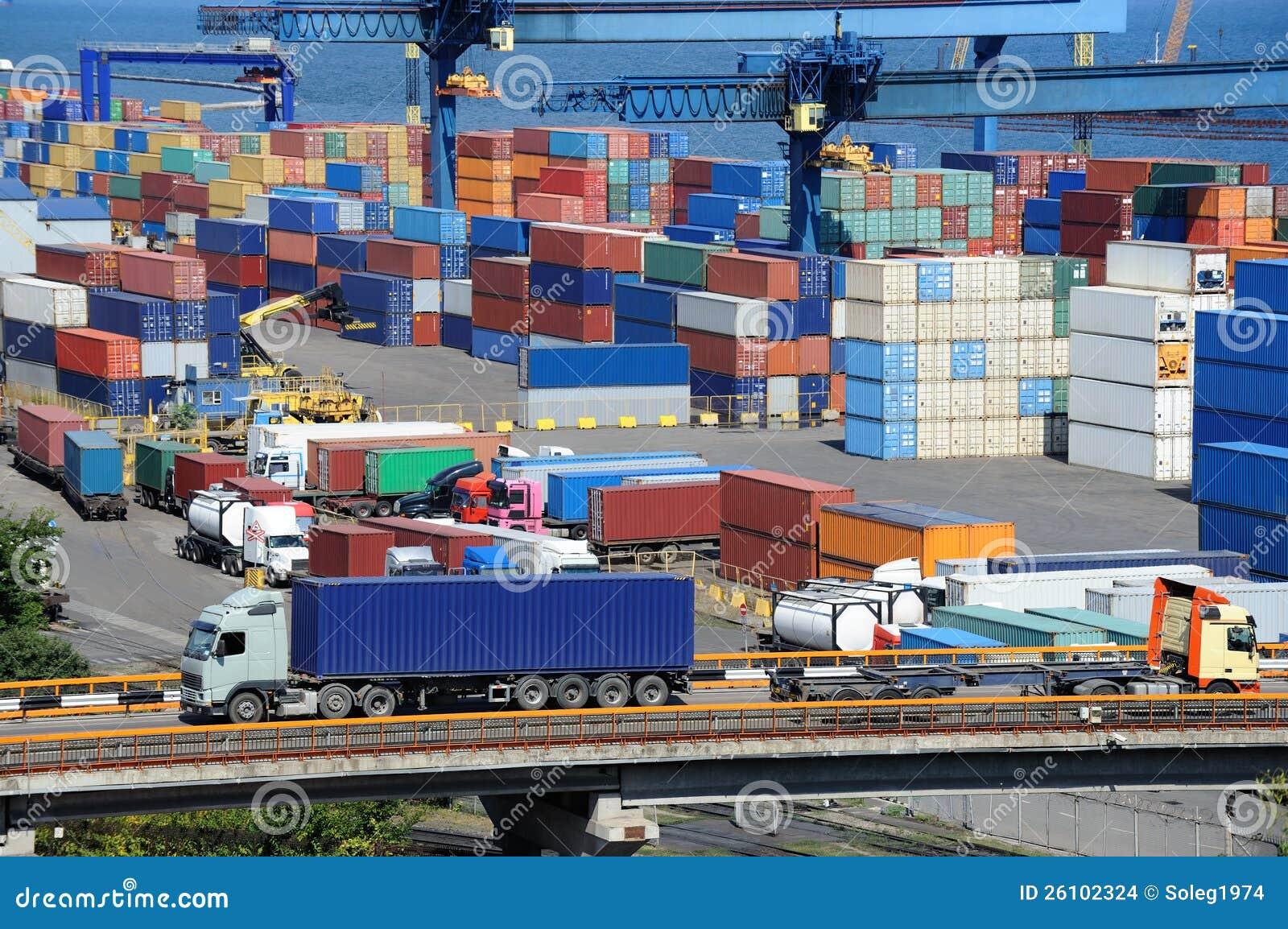 卡车储藏的运输集装箱在海运附近
