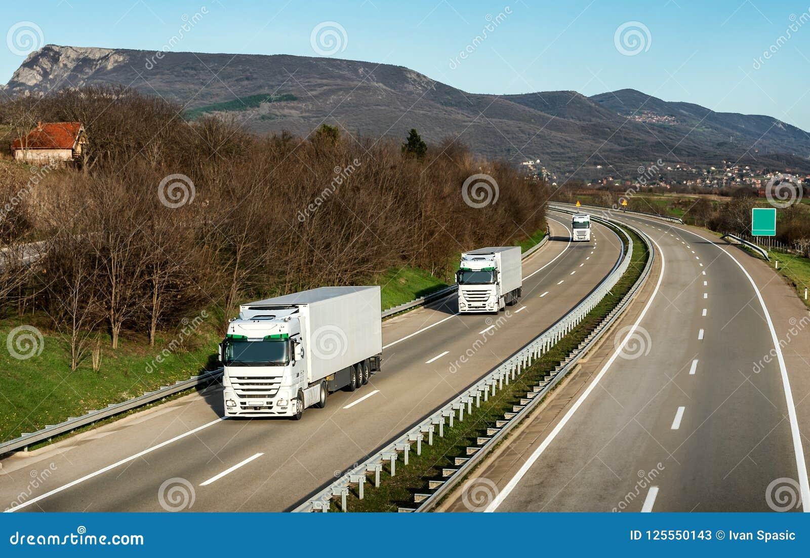 卡车舰队或护卫舰在高速公路的