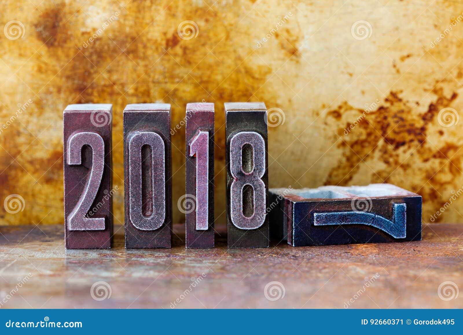 2018年贺卡邀请海报 减速火箭的活版数字 葡萄酒生锈的织地不很细金属背景 浅