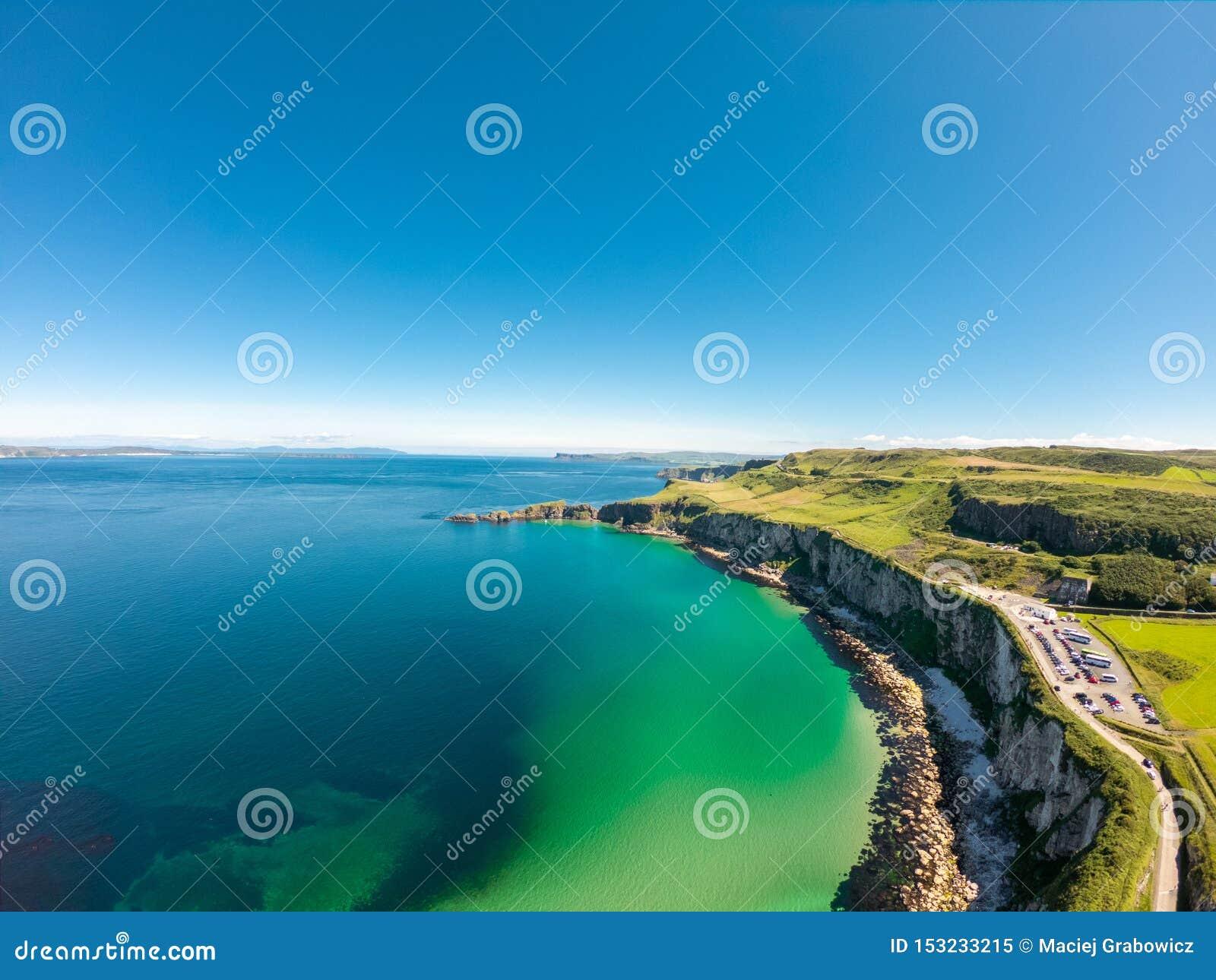 卡里克一座Rede索桥在Ballintoy北爱尔兰 在峭壁和绿松石大西洋水的鸟瞰图