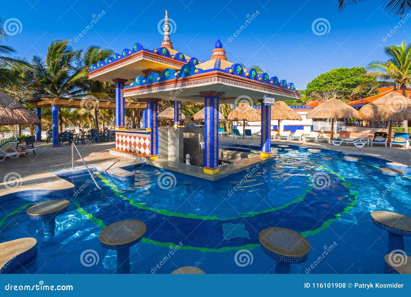 卡门,墨西哥- 2011年7月16日:豪华游泳池风景在RIU尤加坦旅馆